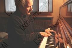 """FORLI'. ABITAZIONE DI ALTERO """"AL"""" PEDULLI, MUSICISTA E ARRANGIATORE DELL'ORCHESTRA CASADEI. HA SUONATO SIA CON SECONDO CHE CON RAOUL CASADEI. PIANOFORTE. FOTOGRAFIE REALIZZATE NELL'AMBITO DELLA CAMPAGNA FOTOGRAFICA LISCIO@MUSEUM 2008, MUSEO DELLA MUSICA E DEL BALLO TRADIZIONALI ROMAGNOLI. FOLK"""