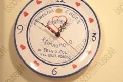 FAENZA, RAVENNA. ABITAZIONE DI FRANCESCO LEGA, COLLEZIONISTA DI DISCHI, MUSICASSETTE, LP, CD CHE RIGUARDANO MUSICISTI ROMAGNOLI. OROLOGIO. FOTOGRAFIE REALIZZATE NELL'AMBITO DELLA CAMPAGNA FOTOGRAFICA LISCIO@MUSEUM 2008, MUSEO DELLA MUSICA E DEL BALLO TRADIZIONALI ROMAGNOLI. FOLK