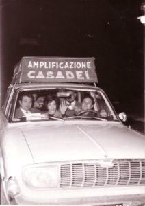 Opel 1700 con a bordo parte dell'orchestra